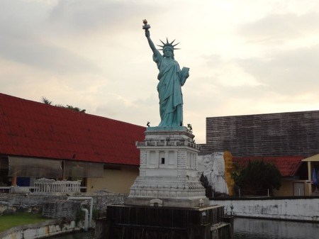 Статуя Свободы в парке Мини-Сиам