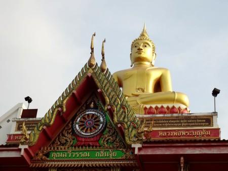 Будда смотрит на Меконг и Лаос