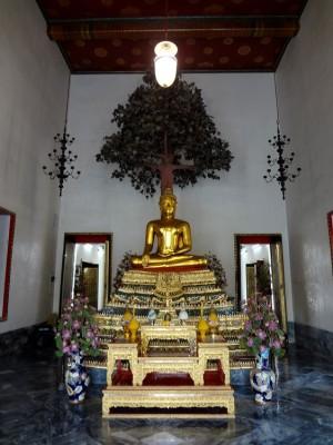 Будда под деревом бодхи в Ват По