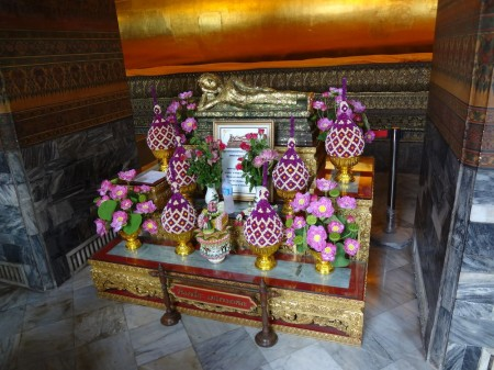 Маленький лежащий Будда в Ват По